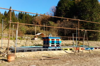 スポーツジム前に格闘技用のリング建設中!